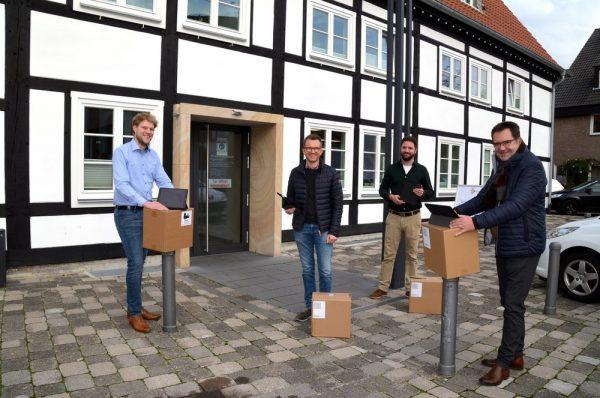 Die ersten iPads sind nun bei Jan Hüttenhölscher (EDV), Dominik Bartels (Abteilung Schule), Sergej Wetternei (EDV) und Beigeordnetem Andreas Göke (von links) in der Stadtverwaltung eingetroffen. In der EDV-Abteilung werden jetzt die notwendigen Apps eingerichtet, um die iPads anschließend an die Schulen zu geben. Foto: Stadt Rietberg